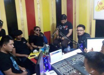 Grup Band Tipe X bersama Duo Sagit (Sadig danSigit) ketika talkshow di Radio Sushi 99,1 FM, Minggu (30/7).(lenggogeni)