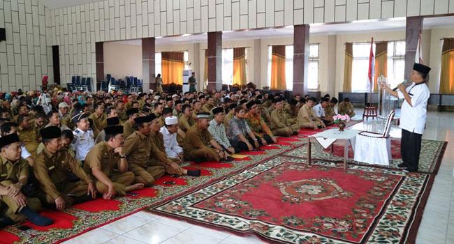 Aparatur di lingkungan Pemkab. Solsel berbaur dengan Wabup H. Abdul Rahman, pimpinan OPD mendengarkan tausiah pada halal bi halal. (Afrizal Amir)
