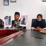 Muharnis dan Murtalinda, kedua orangtua Nurul Islami dan Muhammad Hadi, mahasiswa Al Azhar University Mesir yang ditangkap pihak keamanan negara setempat, mengadu ke Pemkab Limapuluh Kota, Kamis (10/8). (bayu)