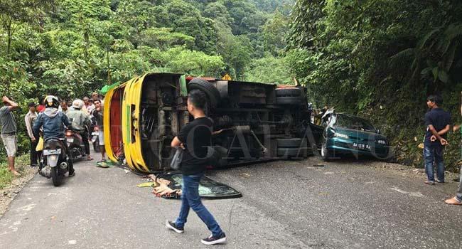 Bus Lubuk Basung Ekspres rebah kuda di Singgalang Kariang. (jasriman)
