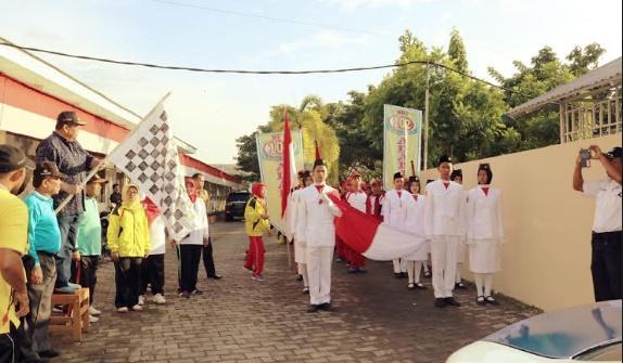Ketua YSO Adabiah Ali Asmar saat melepas peserta gerak jalan. (*)
