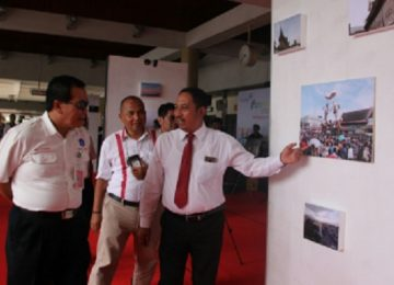 GM PT Angkasa Pura II BIM, Suparlan menjelaskan sebuah foto kepada GM PT AirNav Indonesia, Awan Kusnawan dan Ketua AOC Yudo. (yuni)