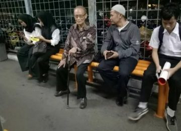 Buya Syafii Maarif di Stasiun Tebet. (facebook)