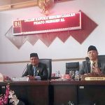 Wakil Ketua DPRD Solok Selatan Ali Sabri Abbas dan Armen Syahjohan, tetap membuka sidang paripurna kendati Ketua DPRD Sidik Ilyas tidak hadir. (von)