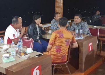 Wabup Solok bersama Forkompimda berbicara santai dengan latar belakang temaram Danau Singkarak di kejauhan. (*)