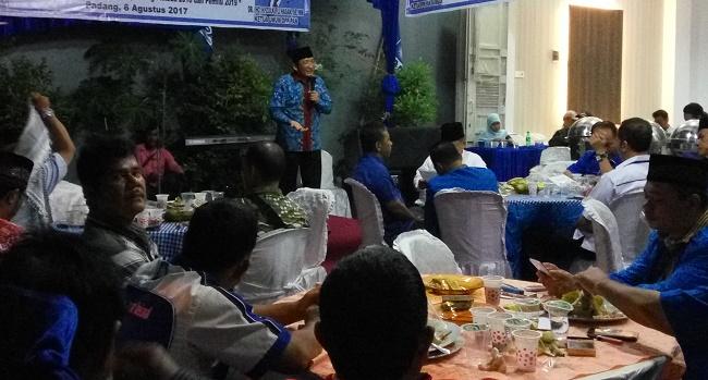 Ketua DPD PAN Padang Hendri Septa memberikan sambutan saat halal bihalal di halaman kantor DPD PAN Padang.(*)