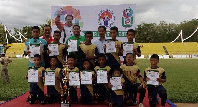 Inilah skuad SSB Astaga Durian Taruang, Padang usai menerima Piala serta piagam dari Ketua Asprov PSSI Sumbar, H. Indra Dt. Rajo Lelo didampingi perwakilan Kemenpora RI, Rudi Al Aidin, serta Dirut PT KSSP Iskandar Z. Lubis. (dede amri)