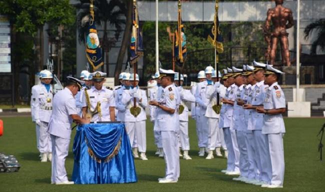 Pangarmabar, Laksamana Muda Aan Kurnia menandatangani naskah sertijab Danlantamal II Padang dan beberapa pejabat TNI AL, Kamis (10/8) di Mako  Armada RI Kawasan Barat, Jakarta. (*)