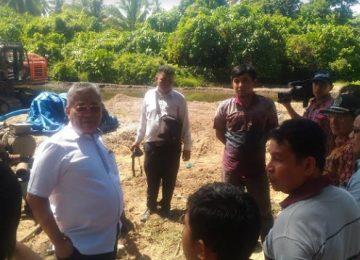 Pimpinan dan anggota Komisi IV DPRD Sumbar mengunjungi pengerjaan proyek normalisasi Batang Limau, Kecamatan Sungai Limau, Padang Pariaman, Rabu (2/8). (defil)