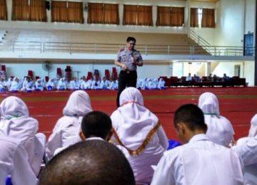 Kapolres 50 Kota AKBP Haris Hadis, memberi kuliah umum di Politeknik Pertanian Negeri Payakumbuh di Tanjuang Pati, Senin (14/8).(Muhammad Bayu Vesky)