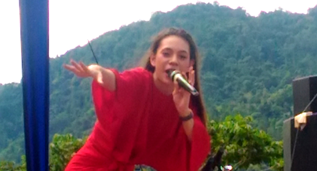 Shae tampil di Pantai Carocok Painan, Kabupaten Pesisir Selatan (Pessel). (niko)