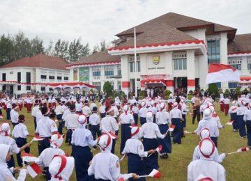 Sebanyak 1.000 pelajar di Kota Pariaman menampilkan tari kolosal memeriahkan HUT Kemerdekaan RI ke 72 di halaman Balaikota.(agus suryadi)