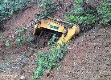 Operator dan alat berat tertimbun saat mengerjakan proyek irigasi Batang Sinamar. (ist)
