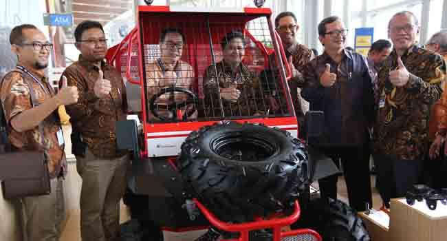Menteri Perindustrian RI Airlangga Hartarto mencoba wintor. (*)