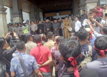 MASSA- Ratusan warga saat berorasi di depan gedung DPRD Dharmasraya. (roni aprianto )