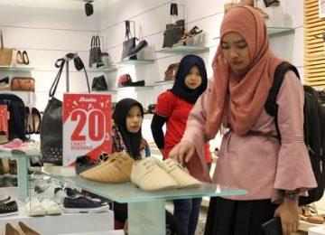 Salah seorang konsumen tengah memilih model sepatu di Toko Bata Lantai 1 Basko Grand Mall, Jumat (15/9). (zulfadli)