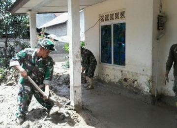 Prajurit TNI ikut membantu membersihkan material galodo di Solok Selatan. (*)