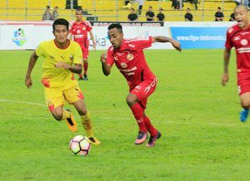Boas Atururi mencoba melewati pemain Bayangkara FC (givo alputra)