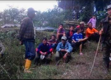 Anggota TNI, BPBD, Relawan PMI serta masyarakat beristirahat usia melakukan pencarian menghilangnya Doni (33) warga Nagari Batagak, Kecamatan Sungai Pua. (maswir)