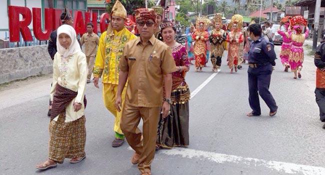 Rombongan studi banding KSDA disambut Asisten II H. Epli Rahmat di kawasan Nagari Seribu Rumah Gadang , Selasa (12/9).