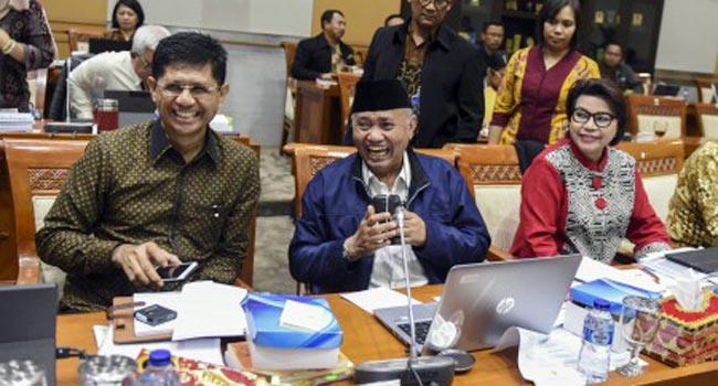 Ketua KPK Agus Rahardjo bersama Wakil Ketua KPK Laode M Syarif dan Basaria Panjaitan (antara foto)