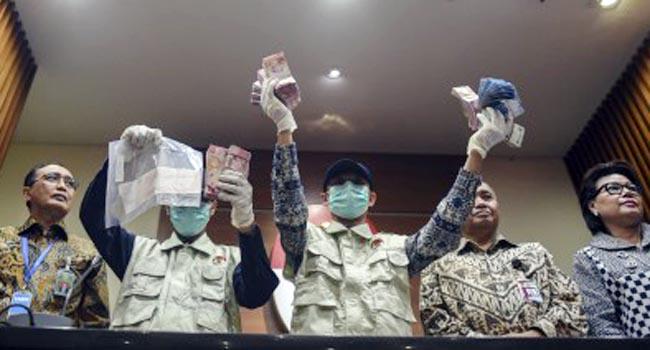 Ketua KPK Agus Rahardjo, Wakil Ketua KPK Basaria Panjaitan dan Ketua Kamar Pengawasan MA Sunarto menyaksikan penyidik KPK menunjukkan barang bukti OTT Hakim Tipikor Bengkulu (antara foto)