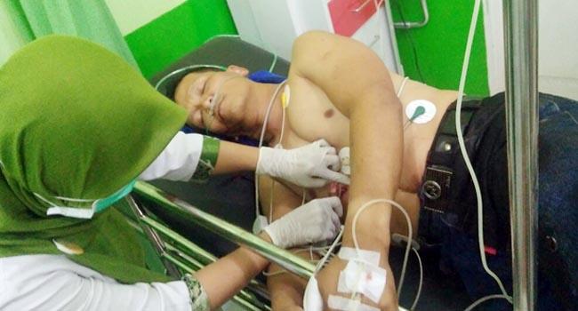 Tedy Sutendy (45)  saat mendapat perawatan di RS Ibnu Sina Payakumbuh (ist)