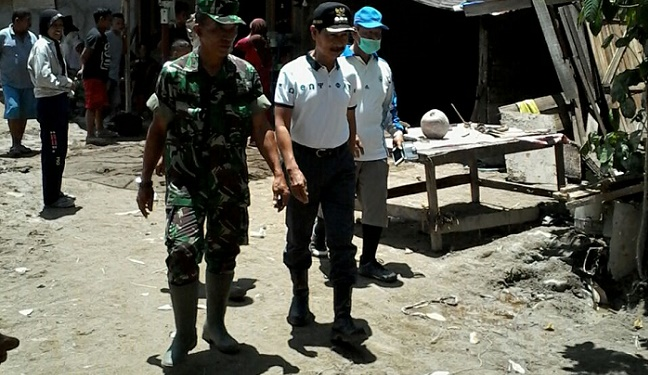 Bupati Muzni Zakaria meninjau kegiatan karya bakti TNI. (*)