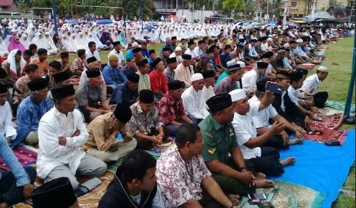 Ribuan masyarakat Surian berzikir di lapangan Nanggalo. (*)