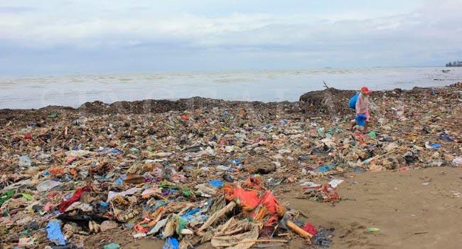 Pascahujan, Pantai Padang penuh sampah, Selasa (10/10). (givo)