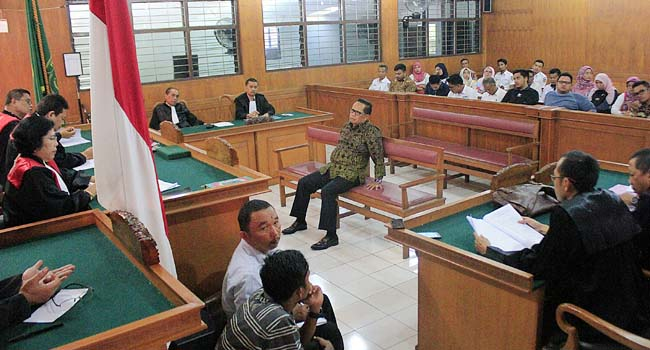 Terdakwa Basrizal Koto (Basko) mendengarkan tuntutan jaksa di Pengadilan Negeri Padang, Kamis (19/10). (givo alputra)