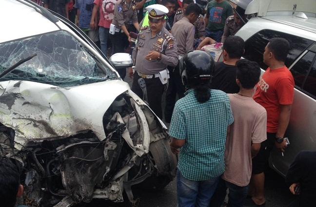Toyota Rush hancur setelah bertabrakan dengan truk Hino di Jalan Lintas Sumatera< Dharmasraya. (yas)