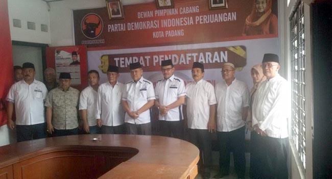 Ezalmi-Desri Ayunda dan Tim Pemenangan foto bersama usai mengembalikan berkas pendaftaran di DPC PDI Perjuangan, Padang. (*)