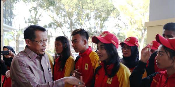 Rektor UNP Prof. Ganefri melepas Kontingen Bapomi Sumbar ke arena Pomnas XV Kamis (12/10) petang. (dede amri)