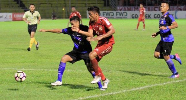 Irsyad Maulana berebut bola dengan pemain Madura United (antara foto)