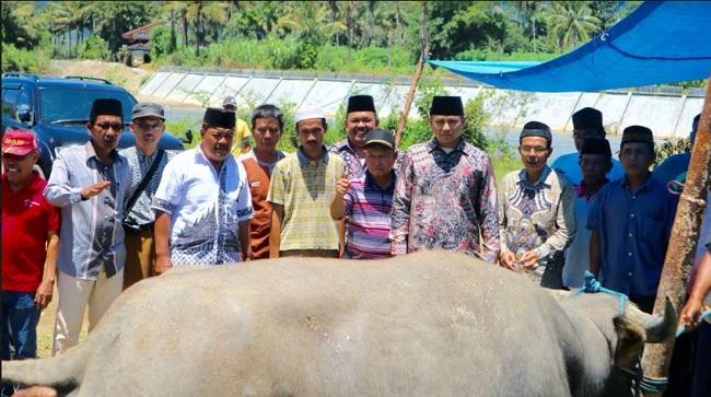 Sesaat menjelang digelarnya kegiatan mambantai kabau nan gadang di lapangan bola kaki, Nagari Koto Baru Muara Labuh. (Humas)