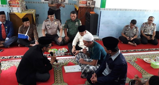 Masundung Siahaan, mengucapkan dua kalimah syahadat, Kamis (18/10) di Mushala Baitul Khair Polres Padang Panjang. (jasriman)