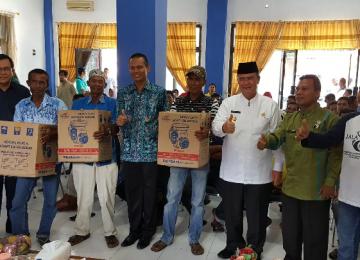 Wagub Nasrul Abit dan Wawako Genius Umar saat penyerahan