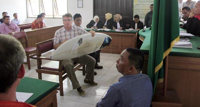 Korban Alexander Leon memperlihatkan papan surfing yang jadi salah satu alat bukti (givo alputra)