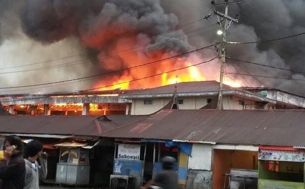 Api tengah membakar kios dan toko di Pasa Ateh Bukittinggi. (*)