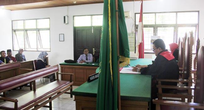 Hakim membacakan putusan praperadilan yang diajukan lima pegawai BPN Padang (givo alputra)