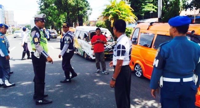 Razia angkot di Jalan Pemuda, Padang, Kamis (12/10). (guspa)