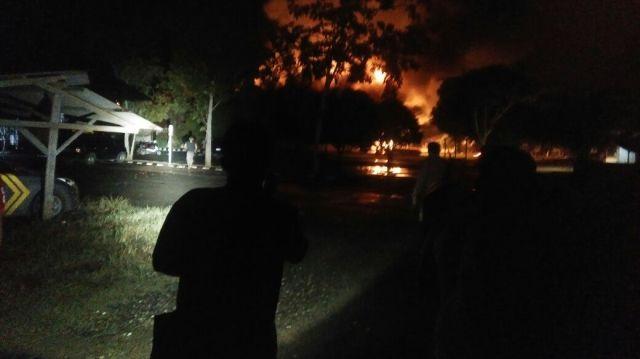 Api membakar Mapolres Dharmasraya. (*)