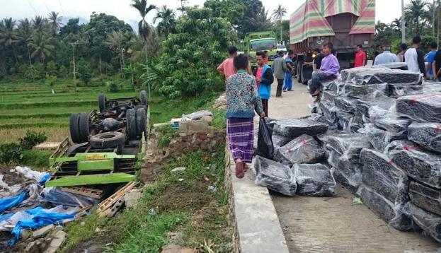 Kondisi sebuah truk pengangkut karet yang terbalik di kawasan Sawah Ilie Talang, Selasa (14/11). (rusmel)