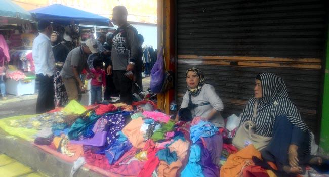 Pedagang manfaatkan emperan toko untuk berjualan (martiapri yanti)