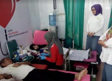 Kegiatan sosial donor darah yang berlangsung di Kantor BPJS Ketenagakerjaan Cabang Padang, Minggu (19/11). (ist)