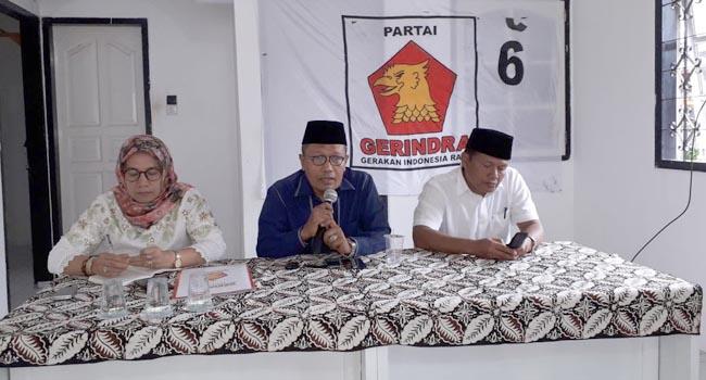 DPC Partai Gerindra Kota Padang Panjang Rafdi Meri tengah memberikan keterangan pers. (jasriman)