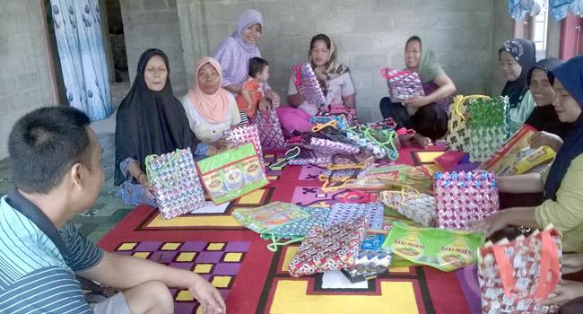 Kaum perempuan dari kelompok Pastati, di Nagari Pasir Talang Timur Kecamatan Sungai Pagu. (Afrizal Amir)