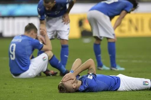 Pemain Italia kecewa  usai ditahan imbang Swedia. (okezone)