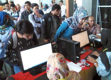 Para pencari kerja antre mendaftar online saat bursa kerja yang digelar Dinas Tenaga Kerja dan Industri (Disnakerin) Padang di G Sport Center Gunung Pangilun, Rabu (15/11). (Syawaldi)